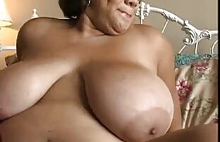 לבחורה הגדולה והיפה יש ציצים גדולים ומים. אתר סרטי סקס חינם
