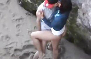 חבוי על החוף, בחורות בלונדיניות ערומות