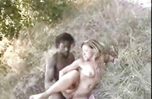 אישה בלונדינית לא ביער גבר מזיין בחורה