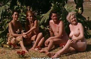 בנות נהנות באתר הנופש על שפת הים של שנות ה-60.) מזיין את העוזרת
