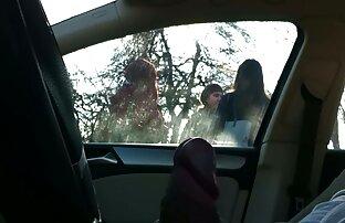 מכונית 4 בנות בתחנת אוטובוס
