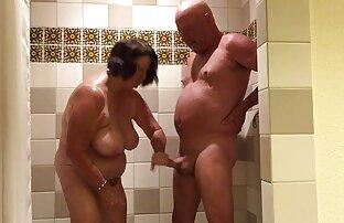 לשחק בחדר האמבטיה נשים חרמניות